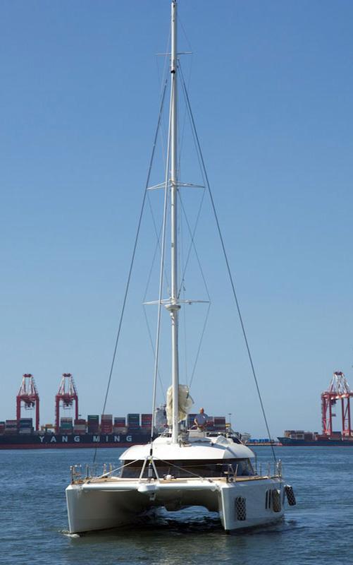 Katamaran läuft in Hafen ein