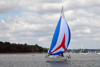 Yacht mit Rolly Tasker Segel in den Niederlanden