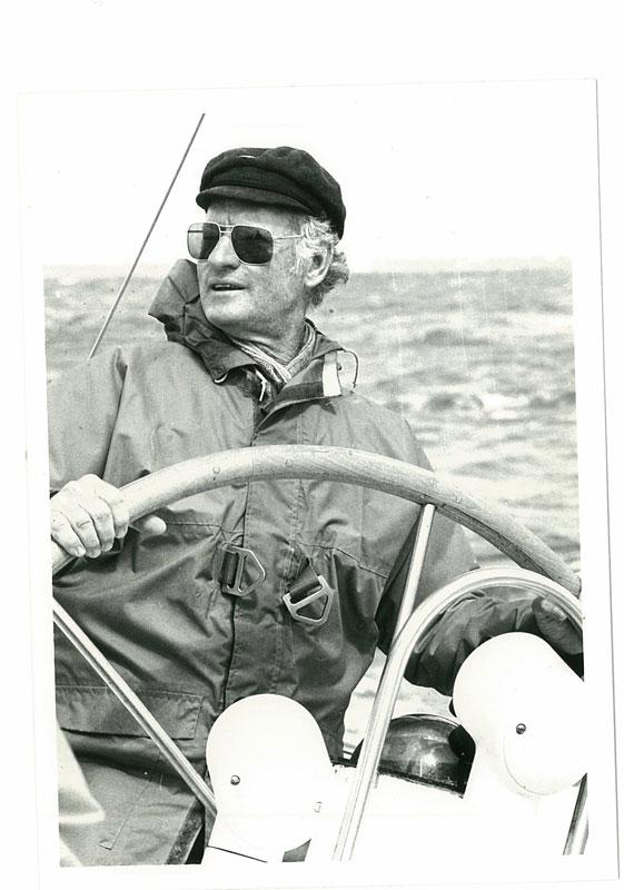 Rolly Tasker am Steuer einer Yacht